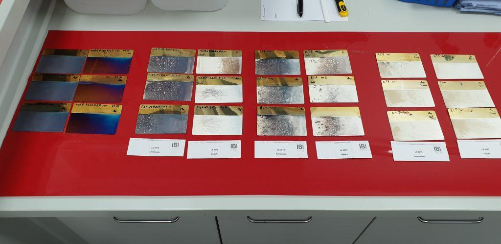 """Beispiel einer Gegenüberstellung einer Reihe von beschichteten Hull-Zellen-Blechen aus unserem Projekt """"Silberpassivierung"""""""