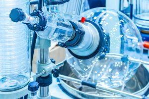 Vakuumdestillation ist im Labormaßstab und für die Herstellung von Schnapsbränden bestens bekannt. Es funktionier aber auch für die Abwasserbehandlung. Im Bild sieht man einen sog. Rotationsverdampfer mit dem in Labors im Allgemeinen Lösungsmittel abgetrennt werden.